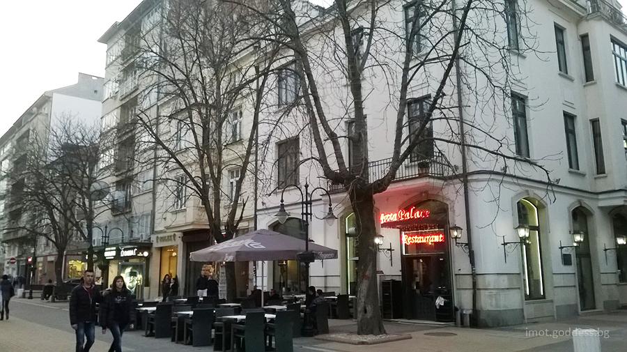 Сградите на Витошка и кафенетата