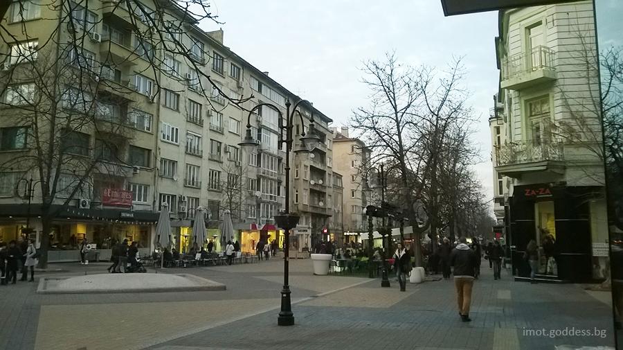 Сгради, тротоари, лампи