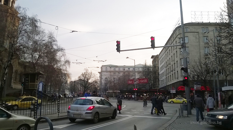 Булевард Стамболийски в дясно, в ляво е църквата Света Неделя